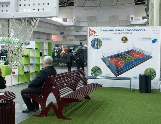 Металеві лавки для саду та парку на будівельній виставці на стенді компанії Sporo
